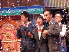 「ワラチャン!~U-20お笑い日本一決定戦~」たかまつなな優勝の瞬間。両サイドはサポート芸人のかもめんたる。
