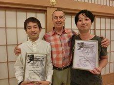 ベビーマッサージの資格を取得したタケト(左)と、イシバシハザマ石橋(右)。中央は理学療法士のピーター・ウォーカー氏。