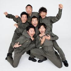 「U-1グランプリ case05 『ジョビジョバ』 」に出演する、石倉力(上)、坂田聡(上段左)、マギー(中央)、長谷川朝晴(上段右)、木下明水(下段左)、六角慎司(下段右)。