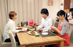 オードリー若林(中央)、酒井若菜(右)、佐藤仁美(左)が出演する「終電ごはん」の一場面。(c)テレビ東京