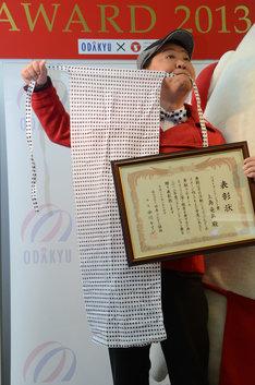 「ベストフンドシストアワード2013」を受賞したダチョウ倶楽部・上島。