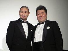 沖縄・桜坂劇場で行われた映画「サンブンノイチ」舞台あいさつに登場した品川ヒロシ監督と、ブラックマヨネーズ小杉。