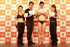 エクササイズDVD「BAILA BAILA 0(セロ)」の発売記念イベントに登場した(左から)伊藤由里子、ヒロシ、小島よしお、杏子。