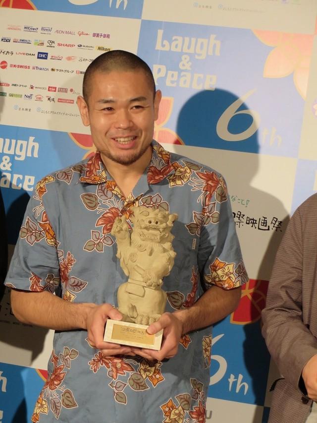 「第6回沖縄国際映画祭」にて「サンブンノイチ」のゴールデンシーサー賞受賞を喜ぶ品川ヒロシ。