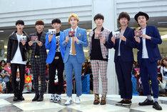 「FIVE STARS」発売記念イベントに出演したMYNAMEと、MCを務めた(右から)しずる村上、ウーマンラッシュアワー村本。
