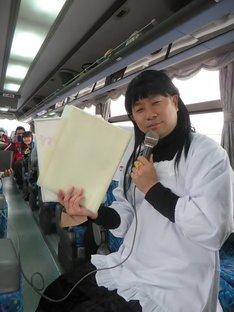 2冊の研究ノート(カラオケリスト)からあるあるを乗せる曲を選曲する小保方ある子。