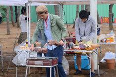 バーベキューの準備をするたけだバーベキュー(左)とバンビーノ藤田。