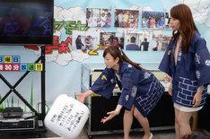 「モヤモヤさまぁ~ず2」ブースでとれ高サイコロを転がす狩野恵里アナウンサー(左)。