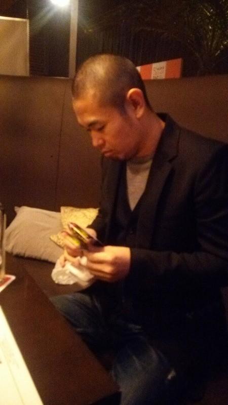 渋々チケットを用意する品川ヒロシ監督。
