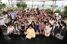 「ハリウッドセレブのようにプール付きの会場でRGの40歳を祝う会」集合写真。(c)河村正和