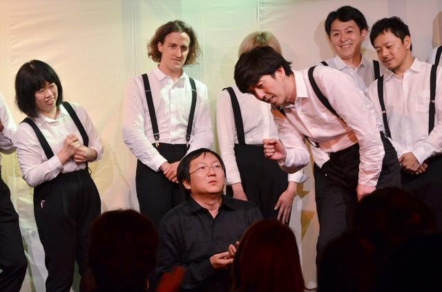 ライブ終盤に即興芝居を披露したマシ・オカ(中央)、2丁拳銃・小堀(右)ら。