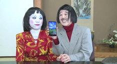 朱美ちゃん3号(左)にauスマートフォン「isai FL」をプレゼントする細貝さん(右)。