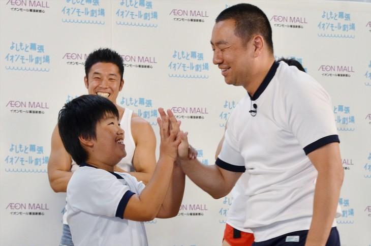 「JIKU(軸)体操」発表イベントに登場したレイザーラモンRG(右)と、RGのギャグをあるあるで助けた息子・武丸くん(左)。