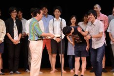 優勝したさらば青春の光には小松政夫から表彰状が授与された。
