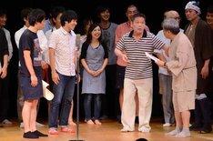 若手を前にボケまくるコント山口君と竹田君(手前右2人)。