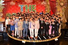 「日清食品 THE MANZAI 2014」本戦サーキットに出場する芸人たちと、決勝戦の司会を務めるナインティナイン。