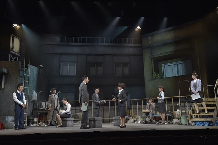 かもめんたるが出演する舞台「ナイロン100℃ 42nd SESSION『社長吸血記』」のワンシーン。(撮影:引地信彦)