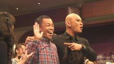 インドネシアの番組に出演するCOWCOW多田(左)と番組MC。(c)吉本興業