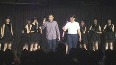 JKT48ステージにサプライズ登場したCOWCOW。(c)吉本興業
