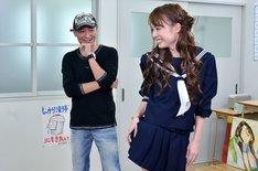 桂正和と、モデルとなった吉川あいみ(右)。