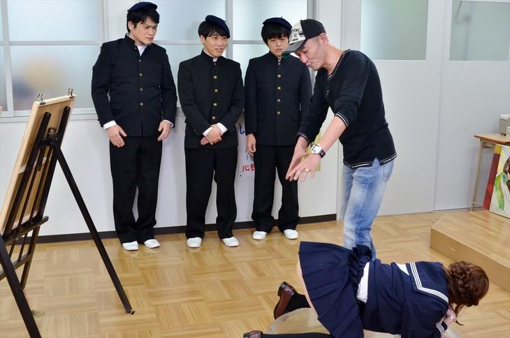 「もう!バカリズムさんのドH!」で「Hなお尻の描き方」を学ぶ(左から)ニイルセン、堂島孝平、バカリズムと、先生役の桂正和。