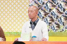 「有吉のバカだけど…ニュースはじめました」に出演するバイきんぐ小峠。(c)テレビ東京