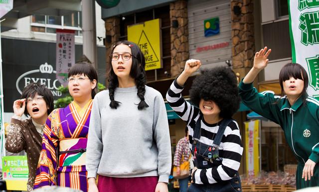 映画「海月姫」の場面写真。左から2番目がアジアン馬場園。(c)2014映画「海月姫」製作委員会 (c)東村アキコ/講談社