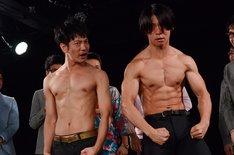 上半身裸となって肉体美を見せつける(左から)ブロードキャスト!!吉村、マヂカルラブリー・野田クリスタル。