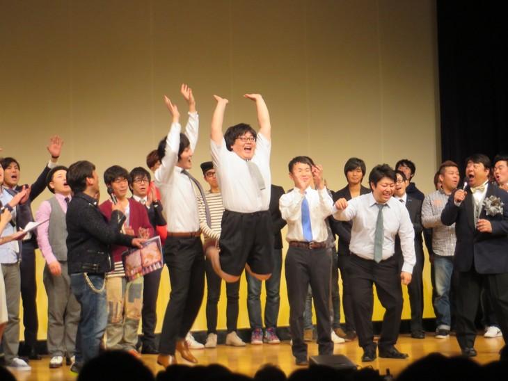 「太田プロライブ月笑2014 クライマックスシリーズ」で優勝した瞬間のタイムマシーン3号(中央)。