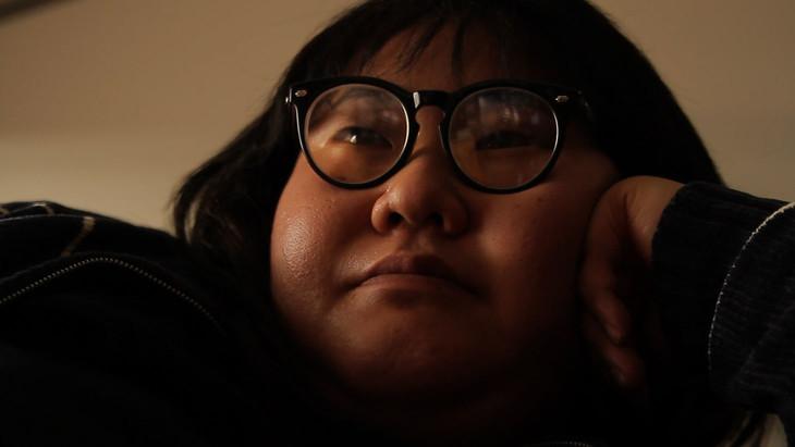 「プレミアムドラマ『ナンシー関のいた17年』」でナンシー関を演じるメイプル超合金・安藤なつ。(c)NHK