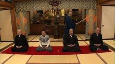 「お坊さんバラエティ ぶっちゃけ寺」SPで、お坊さんとともに寺へ赴く爆笑問題・太田(左から2人目)。(c)テレビ朝日