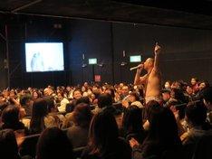 観客と1つになるRG。
