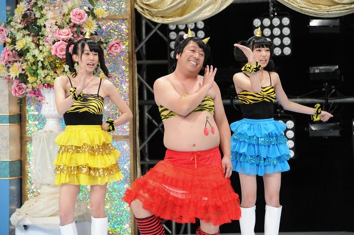 「ゴッドタン 第12回 芸人マジ歌選手権」出演時のヒム子ーズ。(c)テレビ東京