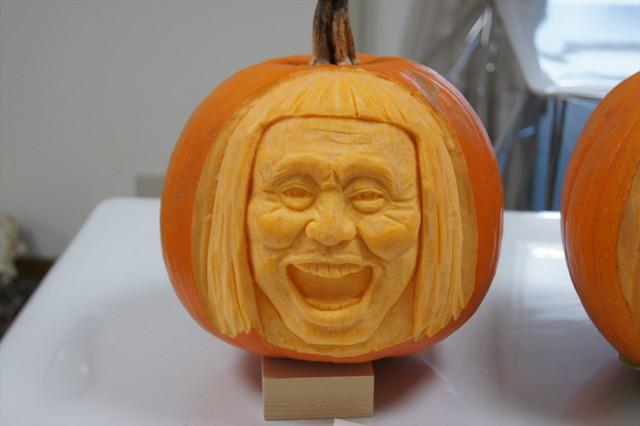ダウンタウン浜田雅功の顔に似せたカボチャ彫刻「喜」バージョン。