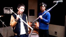ナナイロの新曲「ボイス」のビデオクリップに出演する、さらば青春の光。