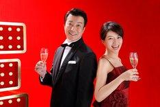 情報バラエティ番組「この差って何ですか?」でMCを務める(左から)加藤浩次、赤江珠緒。(c)TBS