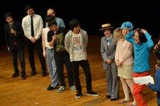 出演者達がステージに揃ったワンシーン。
