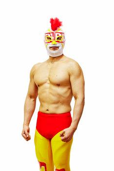 「水曜日のダウンタウン2時間SP」で、メキシコ出身の覆面レスラー「エル・チキンライス」に変身する松本人志。(c)TBS