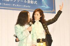 エスコート術を大和悠河(右)に伝授されるピース又吉(左)。