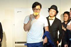 メンバーカラーが金に決まったアルコ&ピース平子(中央)。