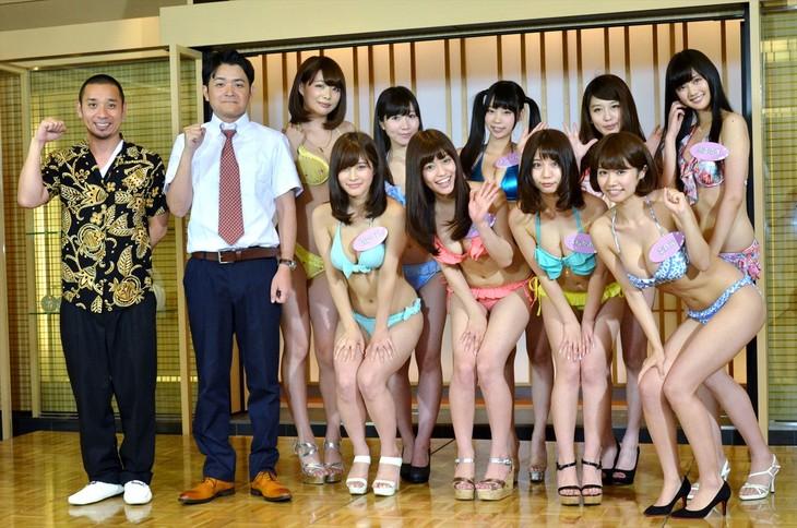 「次世代アイドル発掘バラエティー 人気者になろう!」に出演する千鳥(左)とグラビアアイドル9名。