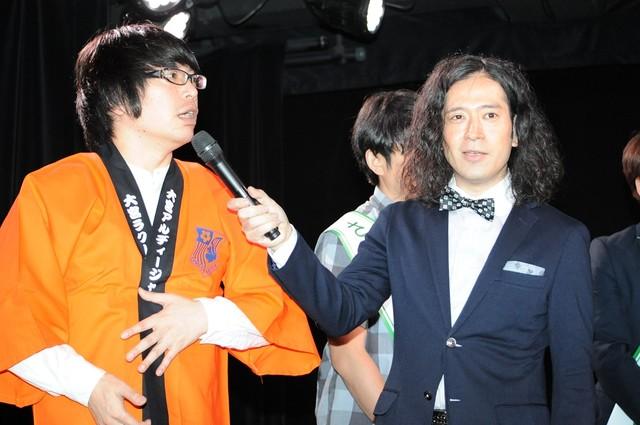 ピース又吉(右)と、プレゼントされた大宮セブンの法被を着る犬の心・押見(左)。
