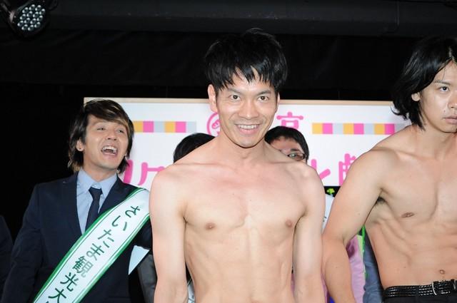 肉体美をアピールするブロードキャスト!!吉村(中央)。