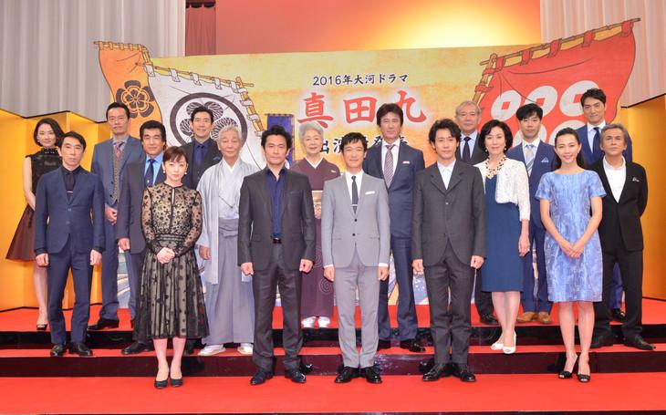 NHK大河ドラマ「真田丸」に出演する藤井隆(後列右から2人目)ら。(c)NHK