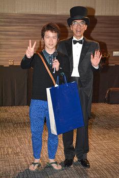 「『粘土道』不条理アートコンテスト」最優秀賞に選ばれた男性(左)と片桐仁(右)。