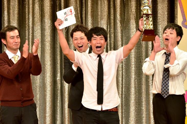「第6回 あなたが選ぶ!お笑いハーベスト大賞~超爆笑キング決定戦!~」で優勝したギフト☆矢野(中央)。