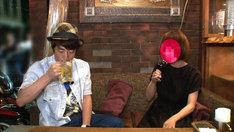 「1人飲み女子にで声かけて×××」で飲み屋にいる女性の実態を調査するロンドンブーツ1号2号・淳(左)。