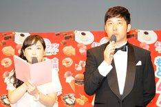 MCを務めた武内由紀子(左)とあべこうじ(右)。