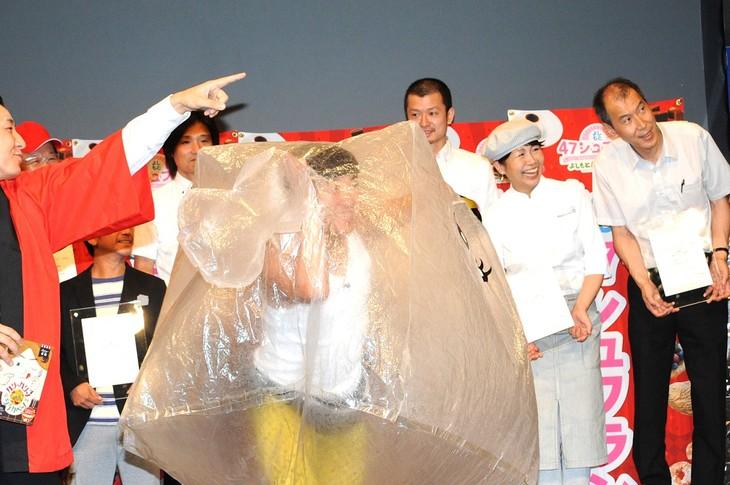 岡山県倉敷市を応援するゆるキャラ・シラカベーノを見つけ「誰やー!」と叫ぶわらび舞妓ちゃん。