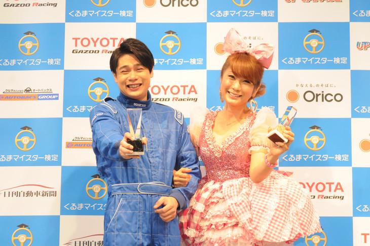 「日本ベスト・カー・フレンド賞」授賞式に登壇した平成ノブシコブシ吉村とはるな愛(左から)。